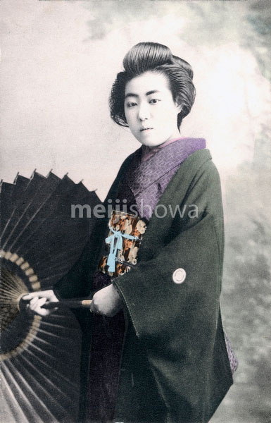 70612-0008 - Woman with Parasol