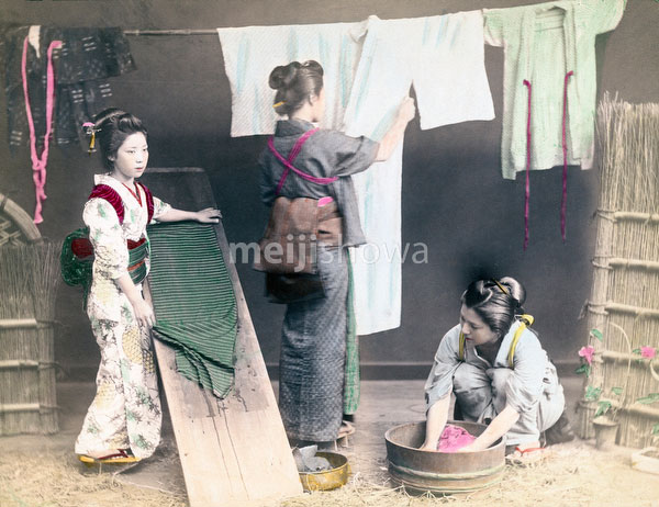 70618-0007 - Women Washing