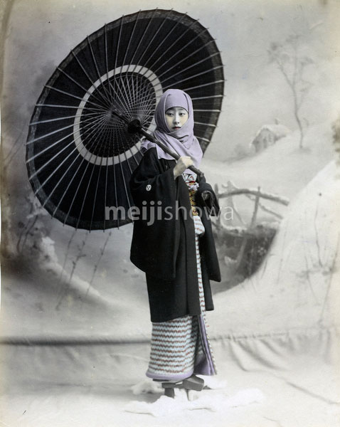 80302-0102-PP - Woman with Parasol