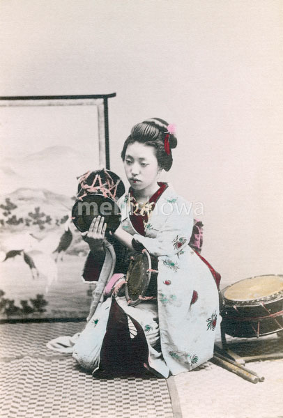 70403-0010 - Maiko Beating Drum
