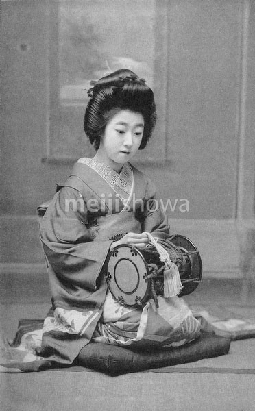 70419-0009 - Geisha with Drum