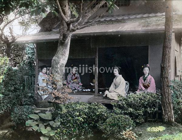 70511-0006 - Women in Kimono
