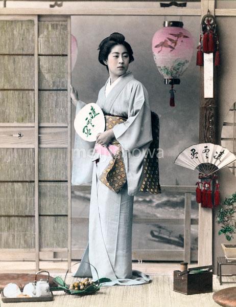 70511-0010 - Geisha with Fan