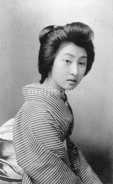 70518-0017 - Woman in Kimono