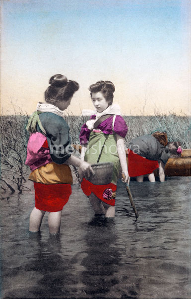70518-0024 - Women Fishing