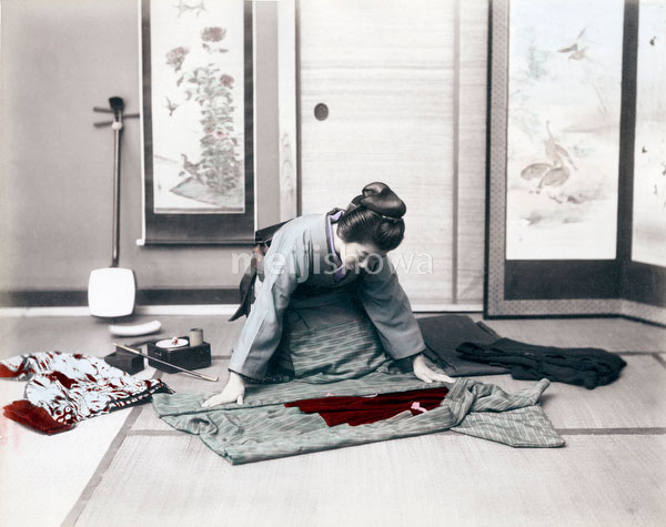 70523-0005 - Folding a Kimono