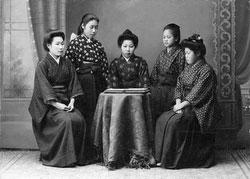 70122-0001 - Women in Kimono