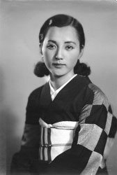 70122-0005 - Woman in Kimono