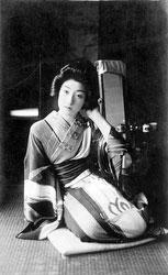 70710-0005 - Woman in Kimono