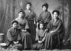 70122-0008 - Women in Kimono