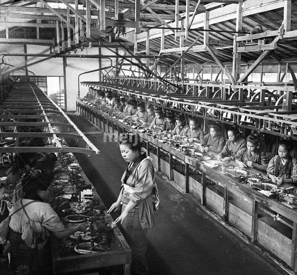 71009-0003 - Women Reeling Silk