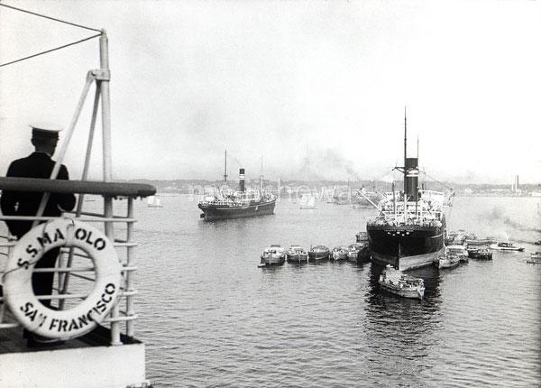 80121-0013 - Ships in Yokohama Port