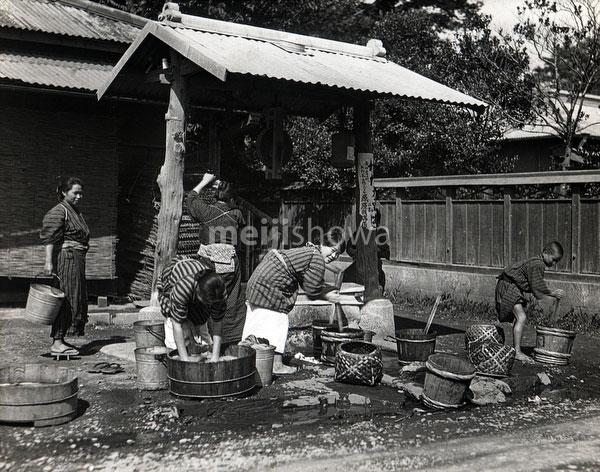 80122-0008 - Women Washing