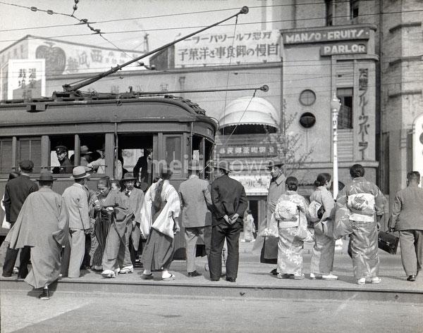 80122-0016 - Streetcar Passengers