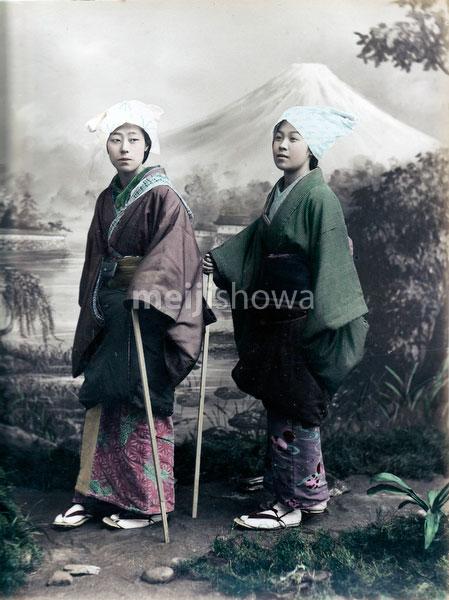 80129-0023 - Women in Travel Wear