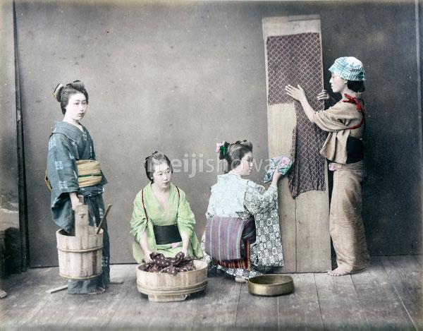 80129-0047 - Women Washing