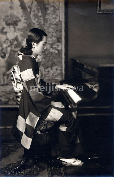 80130-0001 - Woman in Kimono