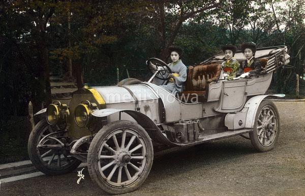 101004-0030 - Women in Clasic Car
