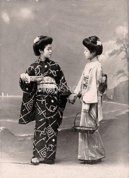 70202-0007 - Women in Kimono