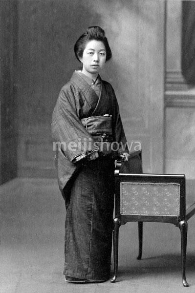 70202-0012 - Woman in Kimono