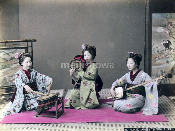 100908-0045 - Maiko Playing Music
