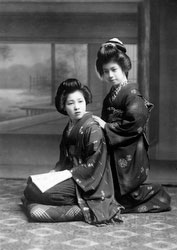 70203-0013 - Women in Kimono