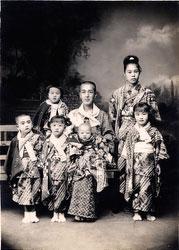 70203-0017 - Japanese Family
