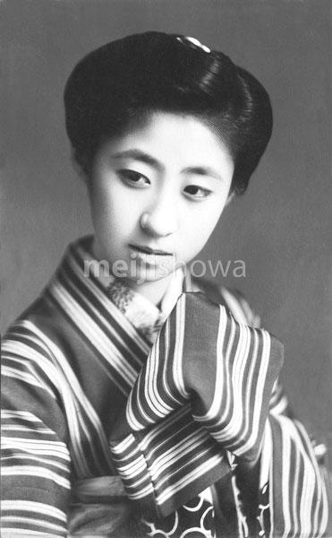 70206-0043 - Woman in Kimono