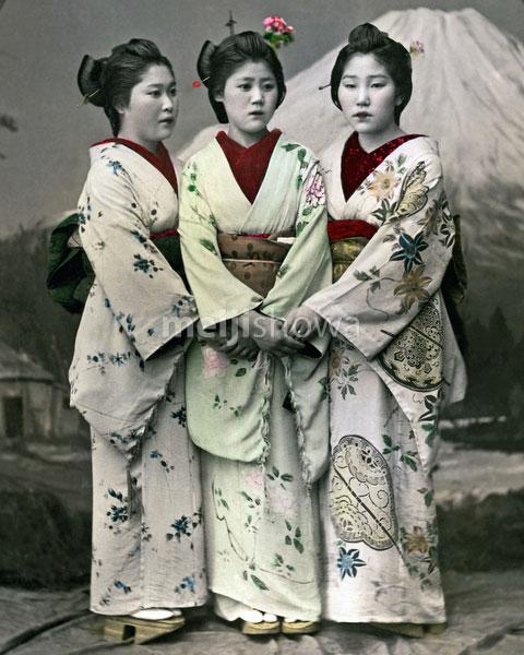 120207-0124-PP - Women in Kimono