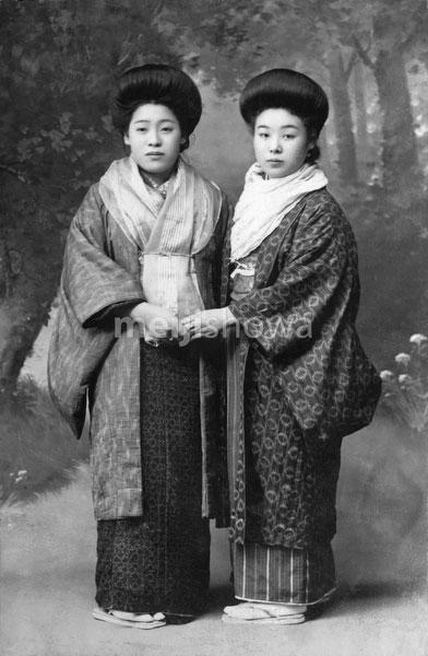 40512-0013 - Women in Kimono