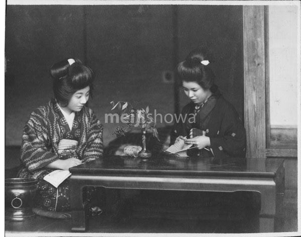 40512-0016 - Women in Kimono