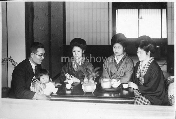 40512-0020 - Japanese Family