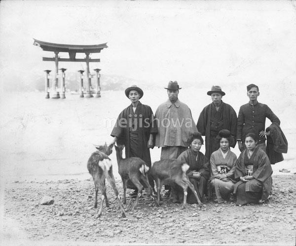 40512-0023 - Posing at Itsukushima Jinja