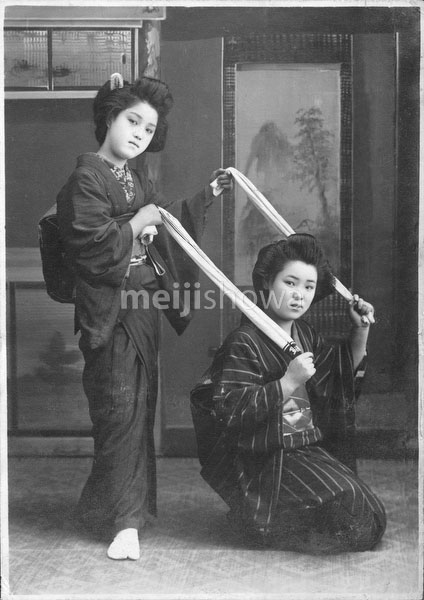 40512-0024 - Women in Kimono