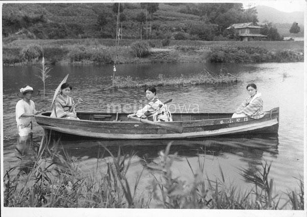 40512-0025 - Women in Rowboat