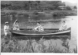 40512-0025 - Women in Rowboat