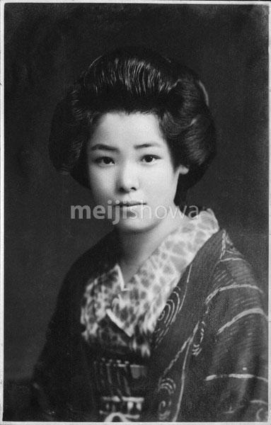 40512-0027 - Woman in Kimono