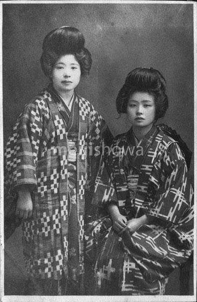 40512-0035 - Women in Kimono