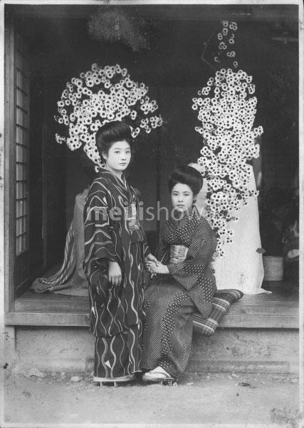 40512-0036 - Women in Kimono