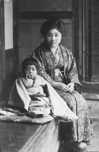 40512-0038 - Woman and Girl in Kimono