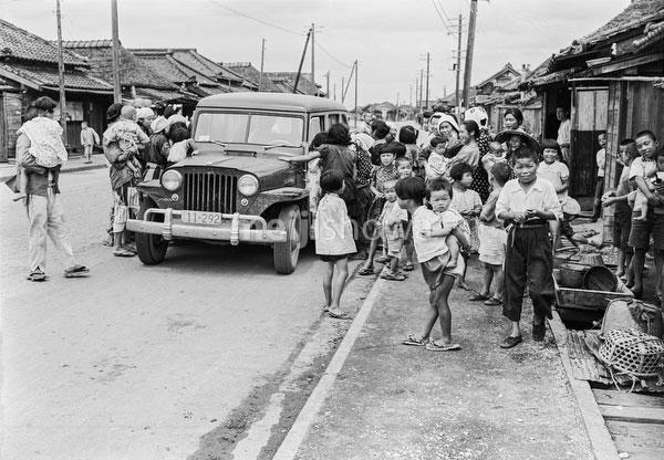 160202-0031 - Children around Jeep