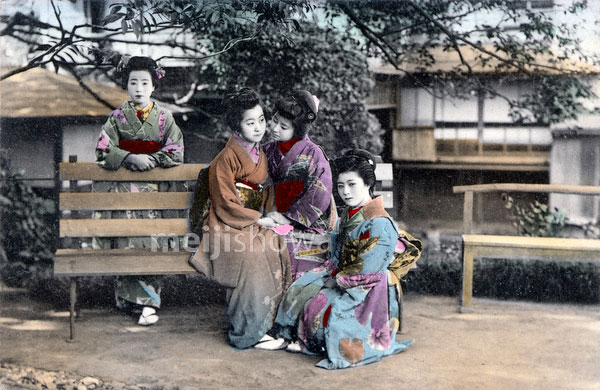 70222-0012 - Women in Kimono
