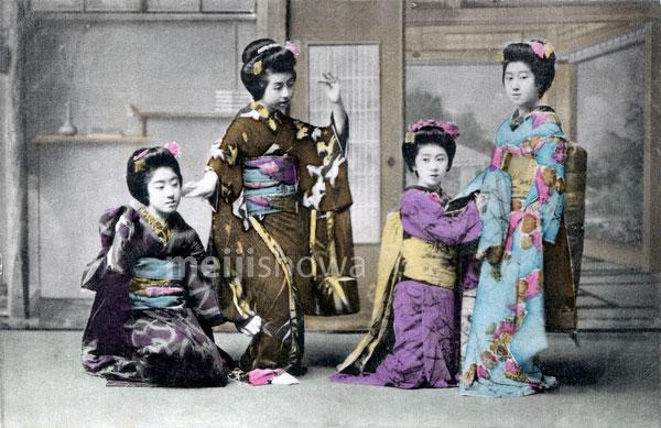 70222-0013 - Women in Kimono