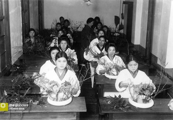 160904-0008 - Women Learning Ikebana