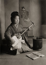 160905-0033 - Playing the Shamisen