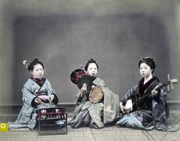 190102-0040-PP - Maiko Playing Music