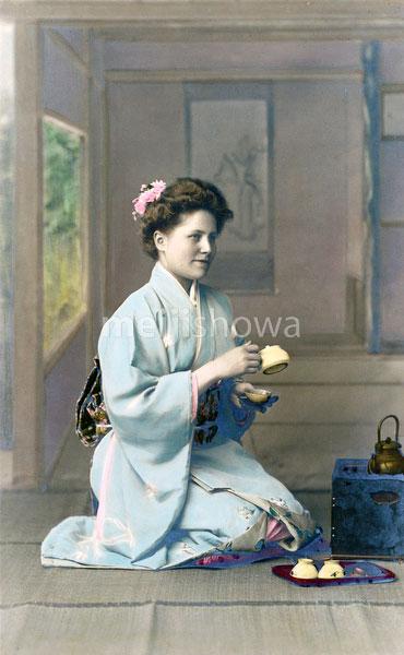 70421-0001 - Western Woman in Kimono